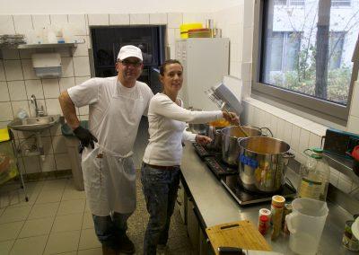 Maik Jakob und Tanja stollen bereiten die Kürbissuppe vor